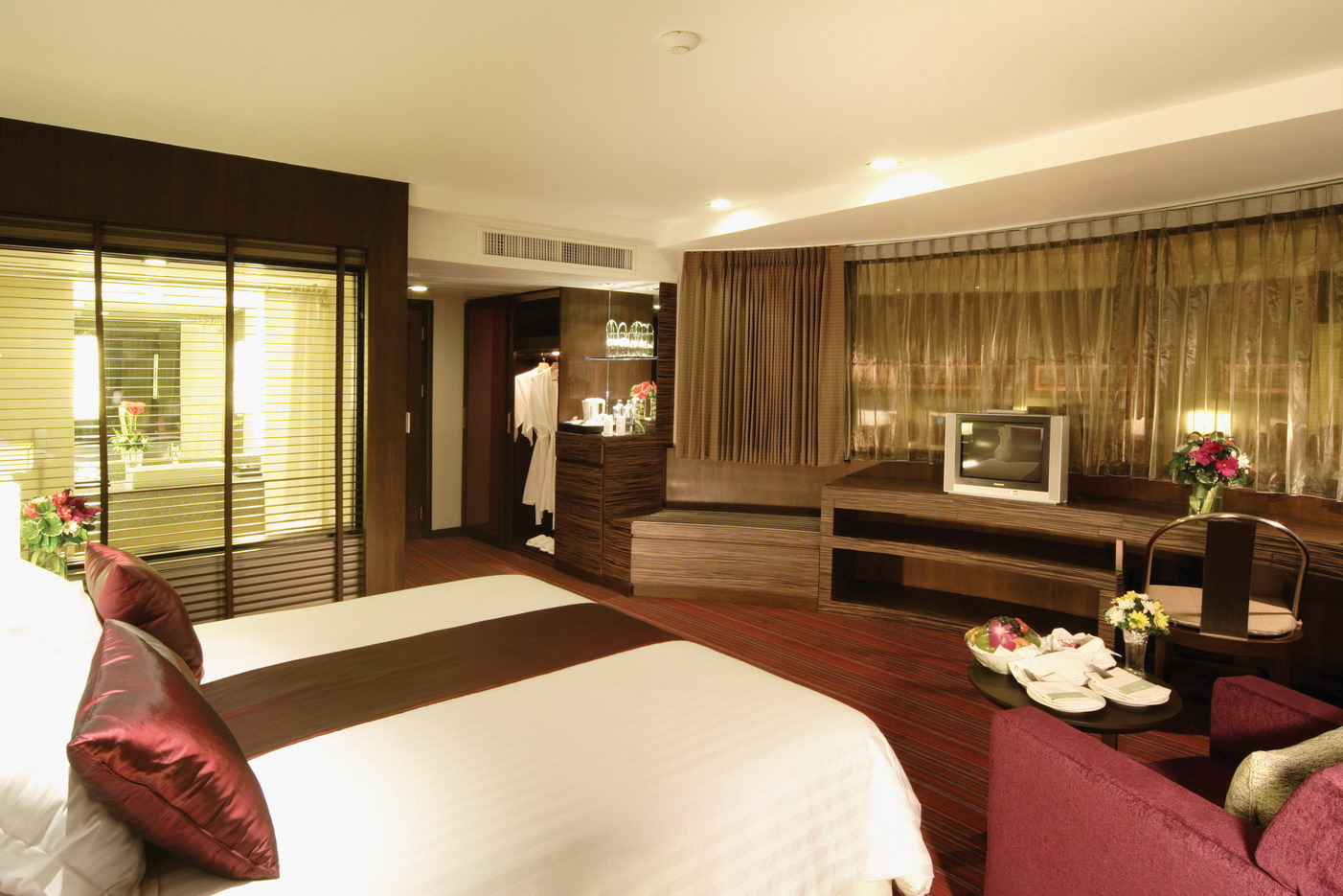The basics of a good hotel room design interior design for Hotel bedroom designs