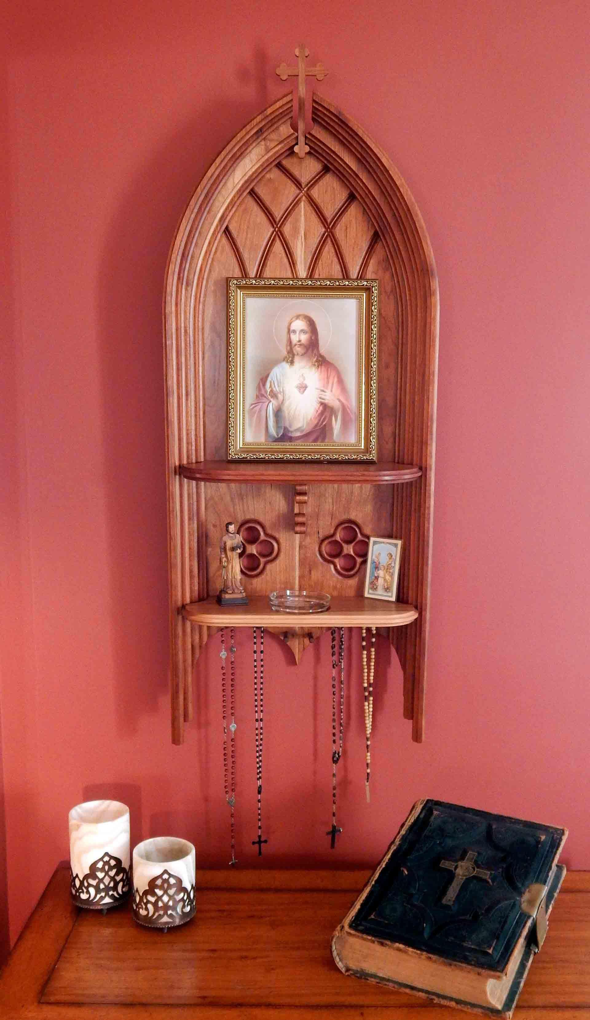 Christian home d?cor using religious trinkets