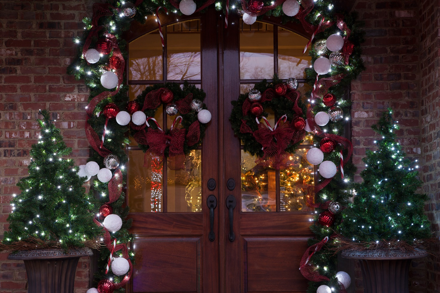 Light ways to decorate your front door for Christmas